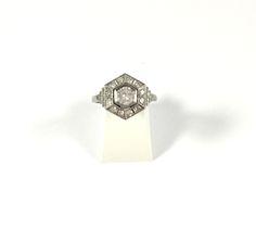 Bague époque Art Deco (1920-1930) octogonale en platine et diamants en vente sur www.BijouxAnciens.Paris