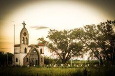 Corral de Bustos, Argentina - 1 de enero 2014: humilde capilla construida en el ala cerca de la ciudad de campo de Corral de Bustos, que se encuentra al sureste de la provincia de Córdoba, Argentina.