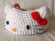 Bolso Cesta Hello Kitty de Trapillo - Patrón Gratis en Español aquí: http://www.todopatrones.es/cesta-de-hello-kitty.html