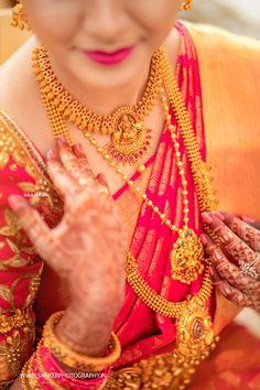 wedding jewelry An Artfully Shot Wedding That We All Need To Check Out! South Indian Bridal Jewellery, Indian Bridal Sarees, Indian Wedding Jewelry, Bridal Jewellery Collections, Kerala Jewellery, Saree Jewellery, Bridal Silk Saree, India Jewelry, Jewellery Shops