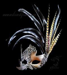 Antifaz de guipur, cristales de swarovski, alas de rodio y plumas de gallo y faisán.