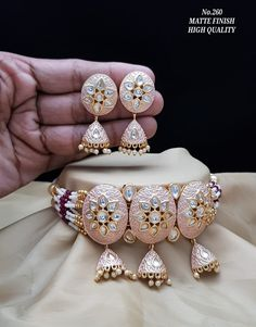Latest Bridal Jewellery via Whatsapp on Our fashion magazine personal shoppers helps you get the stylish look for you. Indian Jewelry Sets, Indian Wedding Jewelry, Bridal Jewelry, Antique Jewellery Designs, Gold Jewellery Design, Gold Jewelry, Lahenga, Jewelries, Necklace Designs