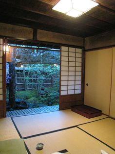 Japanese style room opening onto a garden. I really miss the home decor in Japan. Beautiful!