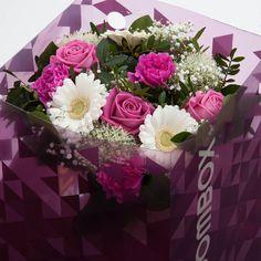 Bloombox is eerste en enige bloemen verzendverpakking ter wereld die deels transparant is. Je kunt de bloemen dus prachtig zien, ook als de cadeaubox gesloten is en dit zorgt voor een unieke ervaring. Met een lengte en breedte van 25cm en een hoogte van 33cm is Bloombox kleiner dan de verpakkingen van de gehele concurrentie. Dat maakt de doos meer handzaam en prettiger om te geven. Bloombox is een relatiegeschenk met cachet.