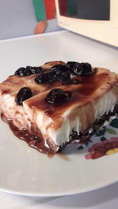 """Η Συνταγή είναι της κ.  Μαρία Λαρου  – """"Οι Προκομμένες/οι - Συνταγές""""    ΥΛΙΚΑ  Βάση  2 πακέτα μπισκότα τύπου πτι μπερ   1 βιτάμ πλάκα εκτός ψυγείου ώστε να μην είναι σκληρό   1 σακουλάκι τριμμένο φουντούκι    Ανακατεύουμε όλα τα"""