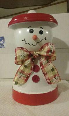 This is a Terra cotta snowman with globe craft that I made. Dies ist ein Terrakotta-Schneemann mit G Clay Pot Projects, Clay Pot Crafts, Dyi Crafts, Snowman Crafts, Holiday Crafts, Decor Crafts, Flower Pot Art, Clay Flower Pots, Flower Pot Crafts