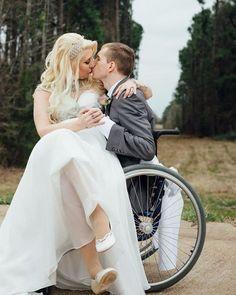 Aquele beijo de recém casado e cheio de amor. Recém Casado 8cc246d475a