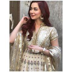 Hania Amir Best Outfits Dresses of Hania Amir are always spot on. Asian Wedding Dress Pakistani, Simple Pakistani Dresses, Pakistani Fashion Casual, Pakistani Outfits, Simple Dresses, Pakistani Girl, Eid Outfits, Cool Outfits, Party Wear Dresses