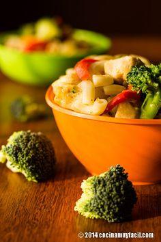 Hay días en los que las horas no me alcanzan para todo. Cuando eso ocurre, me gusta preparar para la comida una receta que pueda servirse como un único platillo y que sea realmente fácil. Una de nuestras favoritas en casa, es esta ensalada de pasta con pollo, brócoli y pimientos. ¡Te va a encantar! #receta http://cocinamuyfacil.com/receta-de-ensalada-de-pasta-con-pollo-y-brocoli/