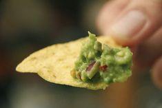 Genieten van guacamole: eenvoudig recept. Extra tip: om de pit te verwijderen: kap een mes in de pit en draai die er zo uit.