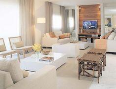 Sala de estar e tv integradas, com tudo branco e painel em madeira clara. Linda!Projeto Débora Aguiar.