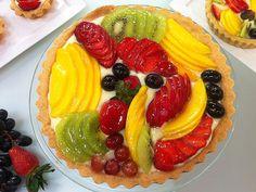 Hoje a receita do Edu no #HojeEmDia está imperdível! Olha a cara dessa torta de frutas. Tá bonita, hein? Aprenda a fazer em casa: http://r7.com/zYj_