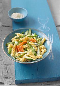 Frühlingshafte Pasta mit grünem Spargel und Karotten