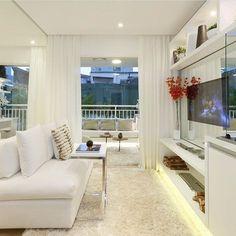 O sofá branco não pertence somente à sala. A peça hoje é considerada curinga e faz parte de outros cômodos da casa, como varandas, home office e quartos.