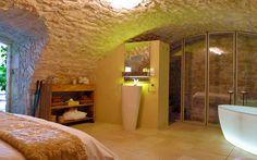 Chambre d'hôtes L'insolite à la Maison d'hôtes Entre Hôtes. Située en rez-de-jardin dans une ancienne cave voutée, cette chambre offre un vrai moment de plaisir et de détente.