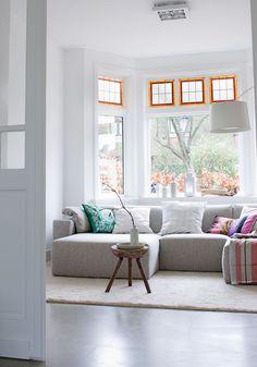 Uma casa branca com toques de cor.  Fotografia: Jeroen van der Spek, via VT Wonen.
