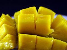 Bij de egel methode wordt, de mango in drie stukken gesneden, aan beiden kanten net langs de pit.