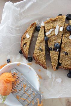I Quit Sugar - Dump 'n' Run Blueberry + Carrot Breakfast Cake. Replace with vegan eggs Sugar Free Treats, Sugar Free Recipes, My Recipes, Real Food Recipes, Snack Recipes, Dessert Recipes, Favorite Recipes, Snacks, Clean Eating Breakfast