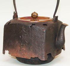 Antique Japanese Tetsubin Teapot by Chusaburo Coffee Room, Japanese Tea Ceremony, Teapots And Cups, Tea Art, Tea Service, Chocolate Pots, Ceramic Clay, Drinking Tea, Tea Time