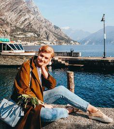 Когда я сохраняла фотографии из Limone sul Garda я и не думала что вот уже скоро буду и сама принимать там солнечные ванны.  Очень красивый маленький (крошечный) город керамические лимоны над каждой дверью и лимонные таблички для названий улиц   А вот момент о котором никто не пишет: вдоль озера идёт полностью оборудованная пешеходная/велосипедная тропа Ciclopista del Garda с нереальными видами. Это просто обязательно к выполнению когда в Лимоне!