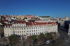 The square D. Pedro IV, known worldwide as Rossio, is one of the central squares of Lisbon. It is here that one finds the My Story Hotel Rossio, the second Central Square, Lisbon, 18th Century, Two By Two, Mansions, House Styles, Building, Squares, Travel