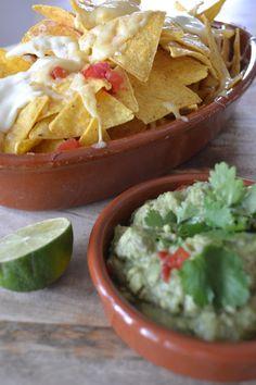 Eet lekker: Nacho's uit de oven met guacamole Guacamole, Mini Foods, Tortilla Chips, Nachos, Tapas, Deserts, Veggies, Appetizers, Mexican