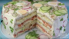Rezept: Festliche Sandwichtorte mit Lachs und Frischkäse This neatly layered sandwich cake has it all – a hearty filling of salmon, cream cheese and vegetables. Brunch Buffet, Party Buffet, Party Finger Foods, Snacks Für Party, Sandwich Torte, Sandwich Fillings, Scandinavian Food, Swedish Recipes, Easy Healthy Breakfast