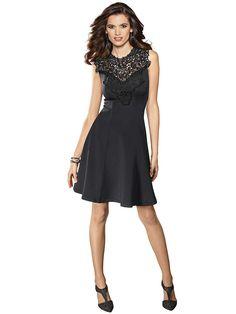 Kleid mit Spitzenapplikation als sexy Blickfang. Hinten mit verdecktem Reißverschluss. Figurbetonte Form, Länge in Gr. 38 ca. 98 cm. Obermaterial: 95% Polyester, 5% Elasthan, waschbar...