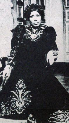 reine-ranavalona-iii-1-web.jpg (432×768)