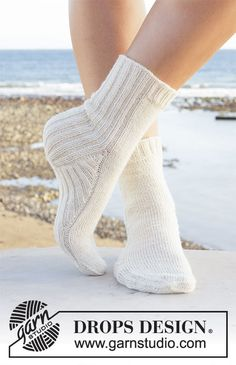 White dunes / DROPS - free knitting patterns by DROPS design - White dunes / DROPS – free knitting patterns by DROPS design - Crochet Socks, Knitted Slippers, Knitting Socks, Free Knitting, Knit Crochet, Finger Knitting, Knit Socks, Knit Cowl, Knitting Machine