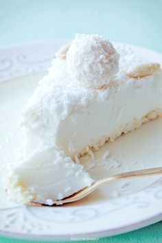 Torta Al Cocco Fresco. VIDEO : cake cold to coconut, clever cake without cooking - the cold coconut cake is a sweet fresh and easy to prepare. with this crispy base and this fantastic cream create a super . Baking Recipes, Cake Recipes, Dessert Recipes, Delicious Desserts, Yummy Food, Kolaci I Torte, Macaron, Food Cakes, Sweet Recipes
