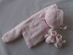 This is a lovely set of sweater, bonnet and bootees. Reminder: Garter stitch. Top down raglan. Faux eyelet cable panel. Mock cable with twisted stitches [https://www.pinterest.com/pin/460563499371568393/] on cuff ribbing. Lace edging (perle cotton). Star-crowned bonnet. ~~ Mis puntadas, Entre bordados y costuras