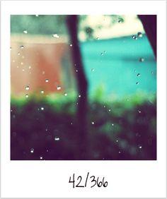 """Se o meu corpo virasse sol  Se a minha mente virasse sol  Mas só chove, chove  Chove, chove..."""