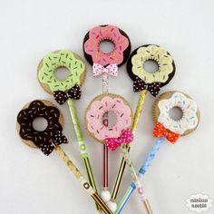 Lápis ou caneta com ponteira decorado com um donuts feito em feltro bordado à mão.