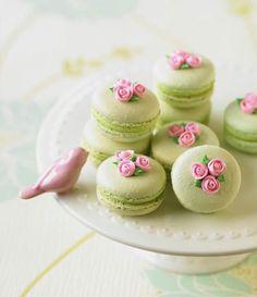 Macarrons franceses decorados con flores.#MesasDePostres …