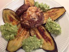 Grillet aubergine, hakkedreng med æggehjerte og hytteost-guacamole