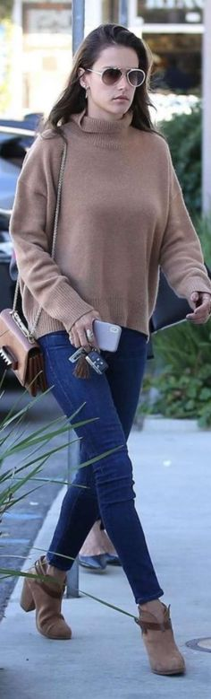 Who made  Alessandra Ambrosio's sunglasses, skinny jeans, jewelry, studded handbag, and suede ankle boots?