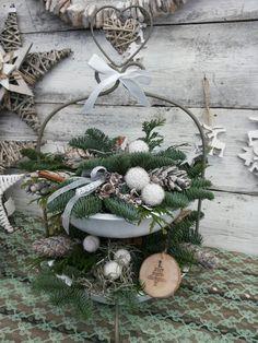 Kerststuk op een etagere