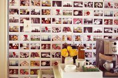 Completar a parede com fotos fica demais e basta ter apenas uma fita adesiva em mãos.
