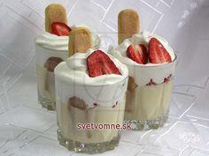 Dezert s lahodným vanilkovým mascarpone krémom, šľahačkou a čerstvými jahodami.