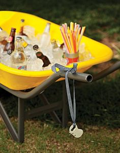 Sirva-se! O carrinho de mão vira um cooler divertido em uma festa ao ar livre. Basta encher com gelo, garrafas e canudinhos e os convidados ficarão à vontade. O abridor fica pendurado em uma charmosa fita.