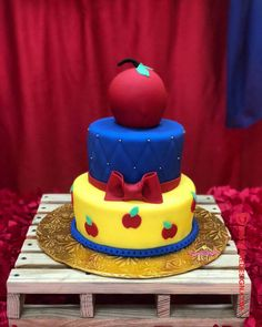 List of 50 Most Beautiful looking Snow White Cake Design that you can make or get it made on the coming birthday. White Birthday Cakes, Snow White Birthday, Cake Designs Images, Cool Cake Designs, Bolo Laura, Snow White Cake, White Cakes, Show White, Cake Flour