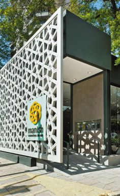 """Manish: avenida Horácio Láfer, 491, Itaim Bibi, tel. (11) 4301-5928 O Manish abriu as portas há apenas dois meses. Sua gastronomia árabe foi traduzida já na fachada, que exibe um muxarabiê com 4,50 x 14 m de extensão. """"Guardadas as devidas proporções, o desenho foi inspirado na Mesquita Nacional da Malásia, em Kuala Lumpur, construída em 1965"""", conta o arquiteto paulista Omar Dalank, autor do projeto, em parceria com Victor Castro e Carol Zullo. Elemento construtivo de origem árabe, o…"""