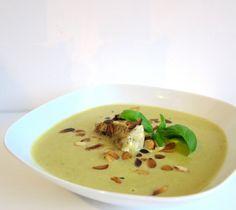 Cremige Low Carb Zucchinisuppe mit Wildlachs und gerösteten Mandelblättchen - das überzeugt auch Deinen Besuch von Low Carb