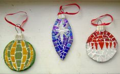 Mosaic Christmas Baubles by Mark Diy Xmas Ornaments, Handmade Christmas Crafts, Ornament Crafts, Xmas Crafts, Christmas Tree Ornaments, Christmas Decorations, Mosaic Diy, Mosaic Crafts, Mosaic Ideas