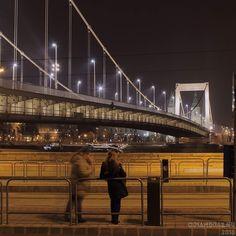 Traccsparti. (Mázlim volt hogy csak az egyikük mozdult be.) #chat #waitingfortram #budapest #momentsinbudapest #bridge #danube #woman #nightphotography #citylife #canon #canonhun #dslr #oriandras