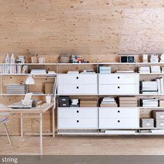 In einem aufgeräumten, geordneten Arbeitszimmer lässt es sich einfacher Arbeiten. Das Designer-Regal von String macht einem in diesem Sinne das Leben  …