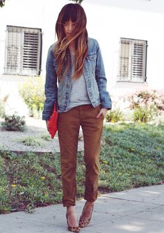 Want to wear your denim jacket to the office? There are ways that you can do that. Try it with khakis and a spring top. It is a great business casual outfit. You can dress it up or let it be as it is. Moda Jeans, Baggy Pants, Slouchy Pants, Cropped Pants, Look 2015, Mein Style, Outfit Trends, Passion For Fashion, Autumn Winter Fashion