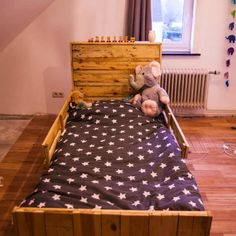 At we regularly receive creative ideas of beds made from recycled pallets. Today we will present you a selection of 62 Recycled Pallet Beds, b Wooden Pallet Crafts, Wooden Pallet Furniture, Diy Pallet Projects, Wooden Pallets, Pallet Playhouse, Pallet Shed, Pallet House, Pallet Bed Frames, Fairy Tales For Kids