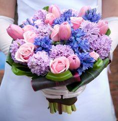Rosen und Hyazinthen formen hier den perfekten Brautstrauß.